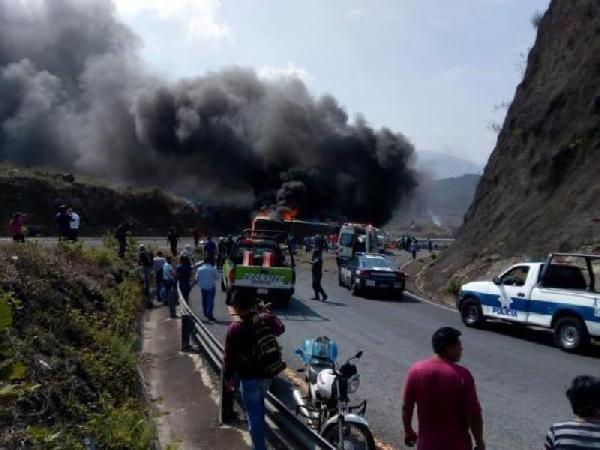 Meksika'da yolcu otobüsü ile tır çarpıştı: 21 ölü