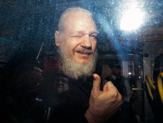 Assange'a tacizden tutuklama yok