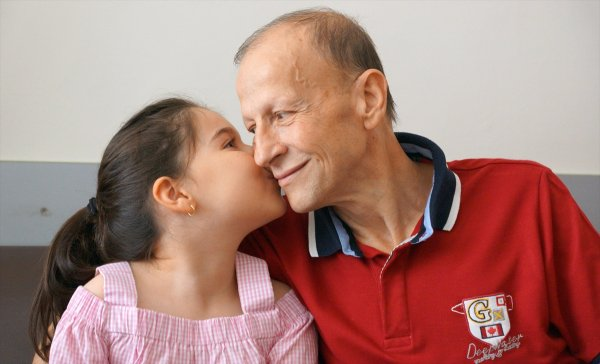 Kanseri yenen dedenin torun sevgisi