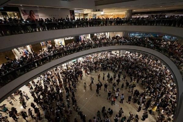 Hong Kong'da eylemciler AVM'leribastı