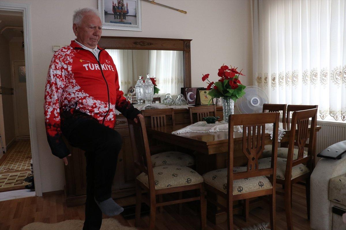 Efsane atlet ismail Akçay, evinde spora devam ediyor