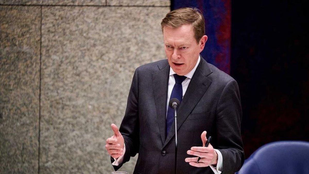 Hollanda Sağlık Bakanı koronavirüs oturumunda bayıldı