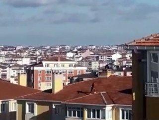 Binanın çatısına çıkan çocuğun tehlikeli anları