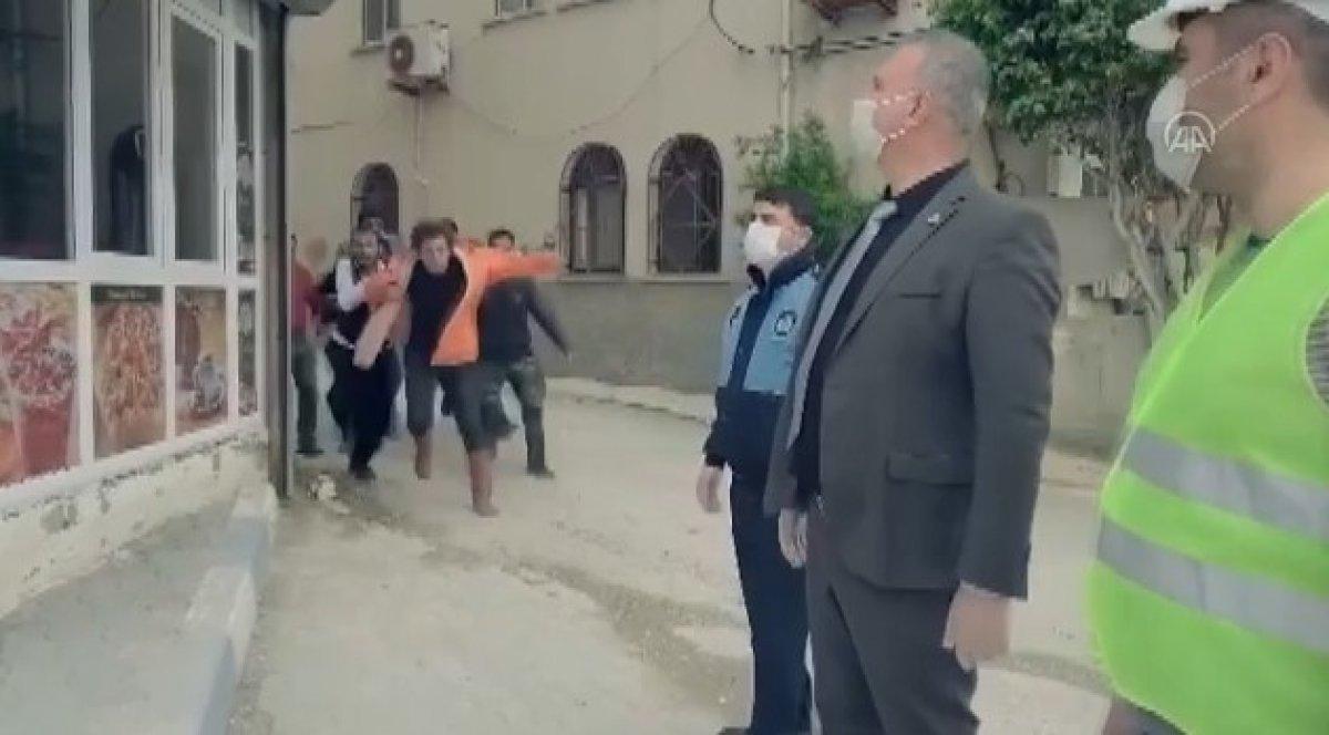 Karataş'ta esprili 'dezenfekte' videosu