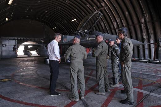 Yunan Başbakan savaş uçaklarıyla poz verdi